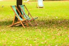 Lege stoelen in St James Park Londen stock fotografie