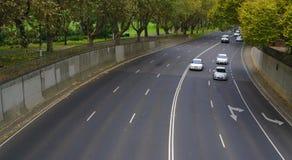 Lege straat met een paar auto's stock afbeelding