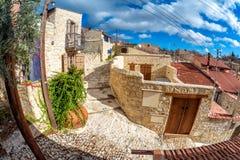 Lege straat onder zonnige blauwe hemel bij Lofou-dorp Limassol Dis royalty-vrije stock fotografie