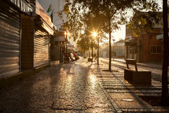 Lege straatweg in stad zonder mensen Royalty-vrije Stock Foto