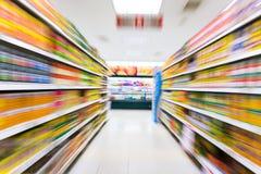 Lege supermarktdoorgang, motieonduidelijk beeld Royalty-vrije Stock Foto's