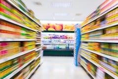 Lege supermarktdoorgang, motieonduidelijk beeld Royalty-vrije Stock Afbeeldingen