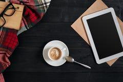 Lege tablet, een kop van koffie, notitieboekje op het bureau Tablet, kop hete koffie op oude uitstekende houten raad Hoogste vlak Royalty-vrije Stock Fotografie