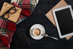 Lege tablet, een kop van koffie, notitieboekje op het bureau Tablet, kop hete koffie op oude uitstekende houten raad Hoogste vlak Stock Afbeeldingen