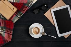 Lege tablet, een kop van koffie, notitieboekje op het bureau Tablet, kop hete koffie op oude uitstekende houten raad Hoogste vlak Stock Foto's
