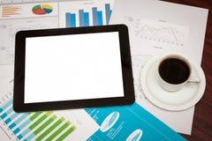 Lege tablet en een kop van koffie in bureau Stock Foto's
