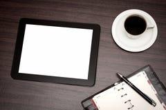 Lege tablet en een kop van koffie in bureau Stock Afbeeldingen