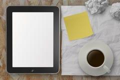 Lege tabletpc en de kop van koffie met stickly nemen van nota p verfrommel royalty-vrije stock foto's