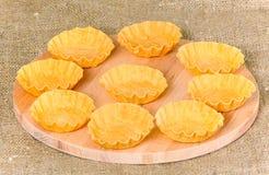 Lege tartlets op een houten raad Staven voor zoete dessert en snacks stock afbeelding