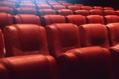 Lege theaterauditorium of bioskoop met rode zetels Royalty-vrije Stock Afbeeldingen