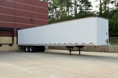 Lege tractoraanhangwagen die bij het ladingsdok wordt geparkeerd royalty-vrije stock fotografie