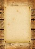 Lege uitstekende die affiche op een houten raad wordt genageld Stock Fotografie