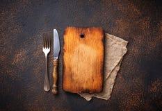Lege uitstekende scherpe raad met vork en mes Stock Foto