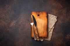 Lege uitstekende scherpe raad met vork en mes Royalty-vrije Stock Afbeelding