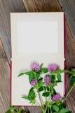 Lege van de fotoalbum en klaver bloemen Stock Foto's