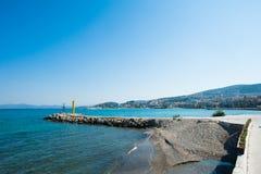 Lege veerboot dichtbij de stad op de blauwe oceaan royalty-vrije stock foto's