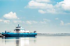 Lege veerboot op werf op blauwe rivier Stock Foto's