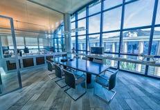 Lege vergaderzaal in een modern bureau Stock Foto