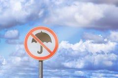 Lege verkeersteken op een blauwe hemelachtergrond met een beeld van een gekruist parapluconcept een goede stemming stock afbeelding