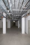 Lege verlichte kelderverdieping Stock Foto