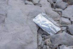 Lege verontreinigende het meerkust van de sapzak royalty-vrije stock afbeeldingen
