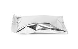 Lege verpakkende die de snackzak van de aluminiumfolie op wit wordt geïsoleerd Stock Foto