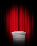 Lege voetstukvertoning op rood gordijn Royalty-vrije Stock Foto