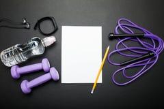 Lege vorm en sportentoebehoren op een zwarte achtergrond Om lijst, opleiding te doen Mening van hierboven stock afbeeldingen