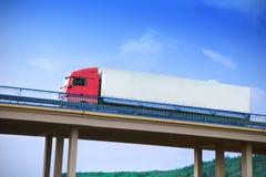 Vrachtwagen op een brug Stock Foto's