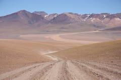 Lege weg in Atacama-Woestijn in Bolivië Stock Afbeeldingen