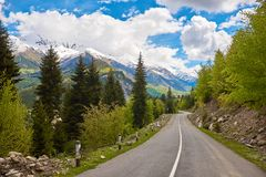 Lege weg in de bergen van Svaneti stock afbeelding