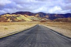 Lege weg door het Nationale Park van de Doodsvallei, Californië Stock Foto