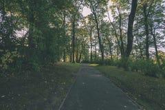 lege weg in het platteland in de zomer grintoppervlakte - vintag Royalty-vrije Stock Foto's