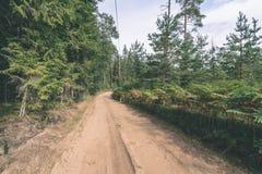 lege weg in het platteland in de zomer grintoppervlakte - vintag Stock Foto's