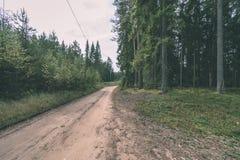 lege weg in het platteland in de zomer grintoppervlakte - vintag Stock Afbeelding