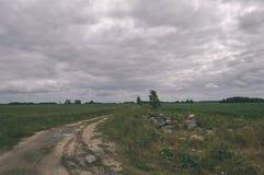 lege weg in het platteland in de zomer grintoppervlakte - vintag Royalty-vrije Stock Afbeelding