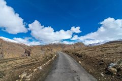 Lege Weg - Langza-Dorp, Spiti-Vallei, Himachal Pradesh stock fotografie