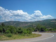 Lege weg op het zuidelijke heuvelig-bergachtige gebied op een hete de zomerdag stock afbeelding
