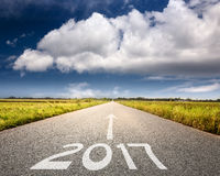 Lege weg tot aanstaande 2017 tegen de grote wolk Royalty-vrije Stock Afbeelding