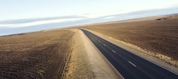 Lege weg voor auto's luchtmening vanaf bovenkant rond groene aard Royalty-vrije Stock Afbeelding