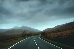 Lege wegrubriek naar de bergen van Snowdonia op een stormachtige de wintersdag stock fotografie