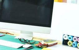 Lege werkruimte en werkplaats van kleermaker of verkoper van kleren in kleine boutique stock afbeeldingen