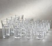 lege wijn en borrelsglazen met witte achtergrond stock foto