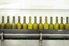 Lege wijnflessen op een vullende lijn Royalty-vrije Stock Foto