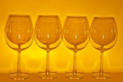 4 lege wijnglazen die schaduw maken Stock Foto