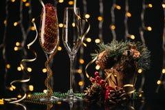 Lege wijnglazen en Kerstmisdecoratie Royalty-vrije Stock Fotografie
