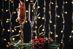 Lege wijnglazen en Kerstmisdecoratie Stock Fotografie