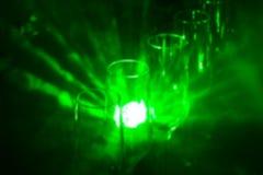 Lege wijnglazen onder een champagne tegen achtergrond van lichte lichten Royalty-vrije Stock Afbeeldingen