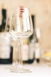 Lege wijnglazen op de lijst Stock Fotografie