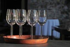 Lege wijnglazen op dienblad Stock Afbeeldingen